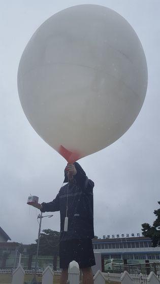 태풍 관측을 위해 라디오존데를 매단 풍선을 하늘에 띄우고 있다. [사진 국립기상과학원 재해기상연구센터]