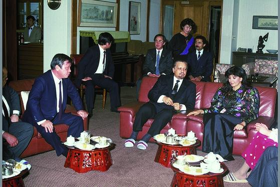 고 최종현 회장(왼쪽)이 1981년 내한한 야마니 사우디아라비아 석유장관(오른쪽 둘째)과 담소를 나누는 장면. 최 회장은 제2차 석유파동 당시 사우디아라비아와 석유외교를 진행했다. [사진 SK]