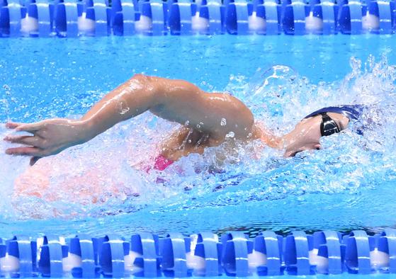 24일 오후 인도네시아 자카르타 겔로라 붕 카르노(GBK) 아쿠아틱센터에서 열린 2018 자카르타·팔렘방 아시안게임 여자 수영 200M 개인 혼영 결선에서 김서영이 역영을 펼치고 있다. 이날 김서영은 2분 08초 34의 기록으로 금메달을 차지했다. [뉴스1]