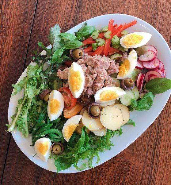 보기만 해도 푸짐함이 느껴지는 '니수아즈 샐러드'는 먹으면 더 든든하다. 고른 영양소의 다양한 식재료가 어우러져 여름 보양식이 따로 없다. 유지연 기자