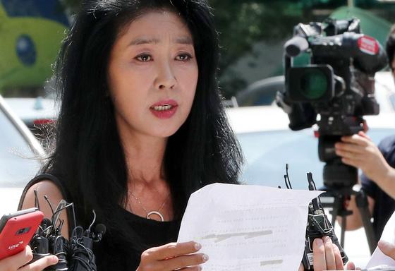 이재명 경기도지사의 '여배우 스캔들' 의혹 당사자인 배우 김부선 씨가 22일 오후 경기도 성남시 분당경찰서에 피고발인 신분으로 출석, 입장을 밝히고 있다. [연합뉴스]