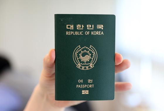 2008년부터 발행된 전자여권. 여권 안에 신원 정보가 담긴 전자 칩이 내장돼 있다. [중앙포토]