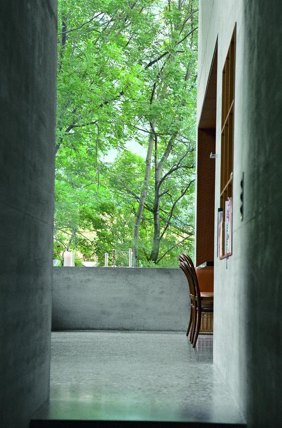 사진작가 로라 J. 파젯(Laura J. Padgett)이 찍은 『건축을 생각하다』 저자 페터 춤토르(Peter Zumthor)의 아뜰리에 사진. [사진 한순]