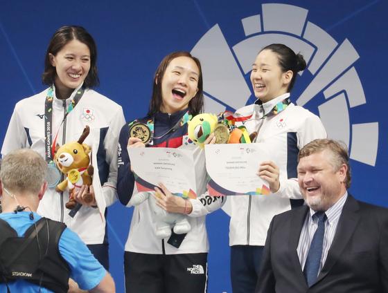 24일 오후(현지시간) 인도네시아 자카르타 겔로라 붕 카르노(GBK) 수영장에서 열린 2018 자카르타-팔렘방 아시안게임 경영 여자 개인혼영 200m 결승에서 금메달을 획득한 김서영이 금메달을 들고 있다. [연합뉴스]
