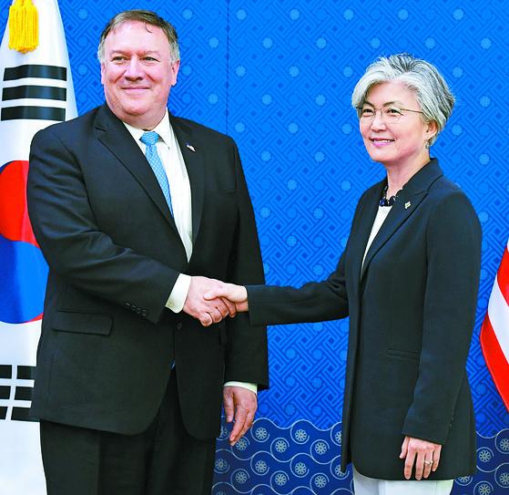 강경화 외교부 장관(오른쪽)과 마이크 폼페이오 미국 국무장관이 14일 오전 서울 외교부 청사에서 열린 한-미 외교장관 회담에 앞서 악수를 나누고 있다.