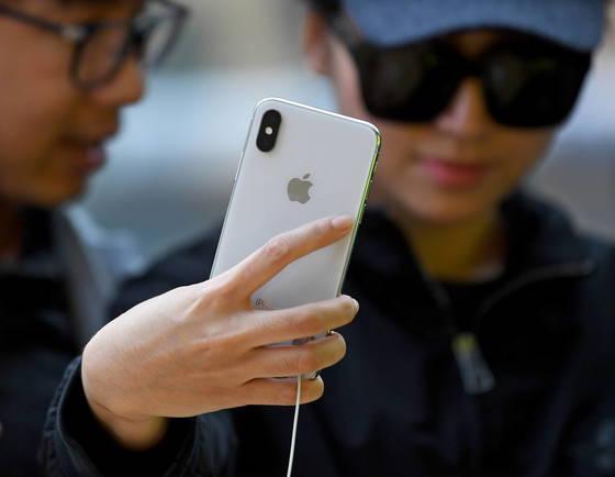 한 여성이 호주 시드니의 애플 스토어에 전시된 아이폰X를 보고 있다. [EPA=연합뉴스]