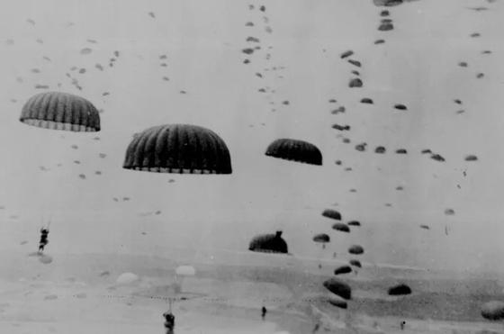 1944년 마켓가든 작전에 투입된 공수부대가 낙하산으로 지상에 착륙하고 있다. [사진 미국 국립문서보관소]