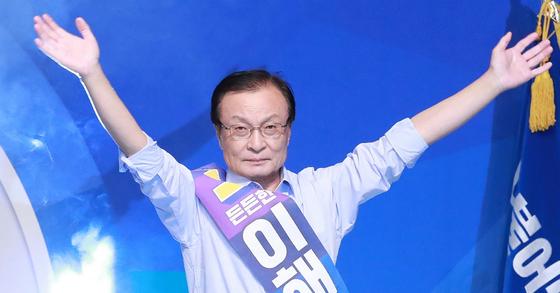 이해찬 더불어민주당 대표가 25일 오후 서울 송파구 올림픽공원 체조경기장에서 열린 전당대회에서 양손을 번쩍 들고 인사하고 있다. [뉴스1]