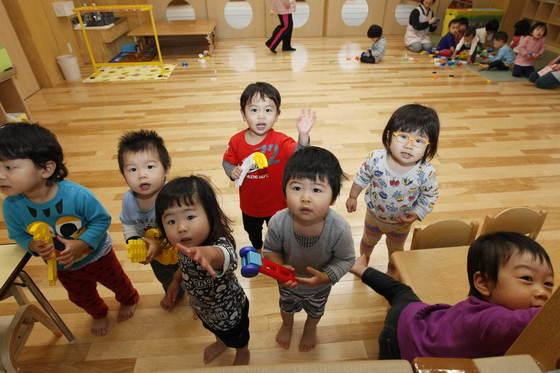 일본 이시카와현 노미(能美)시 인정(認定)어린이집인 사정보육원(寺井保育園). 워킹맘에게는 보육소가 반드시 필요하다. 사립 보육소에 비해 국공립 보육소의 입소 요금이 저렴하기 때문에 국공립 보육소에 입소하려는 경쟁률은 치열해져 가기만 한다. 신인섭 기자