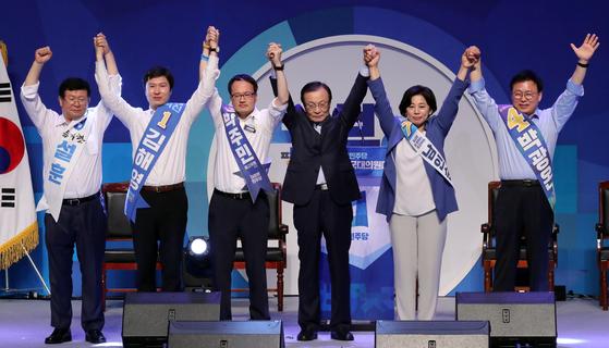 더불어민주당 이해찬 신임 대표(오른쪽 세번째)가 25일 오후 서울 올림픽 체조경기장에서 열린 전국대의원대회에서 신임 최고위원들과 손을 맞잡고 인사하고 있다. [연합뉴스]