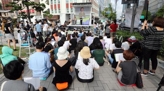 25일 오후 서울 종로구 서울역사박물관 앞에서 열린 사법행정 성차별 규탄집회에서 한 참석자가 발언을 하고 있다. [뉴스1]