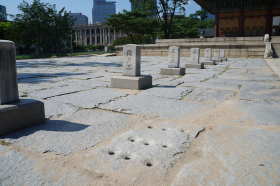 덕수궁 중화전 앞마당 한켠에 있는 구멍이 뚫린 돌. 하수구로 추정된다.