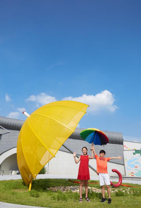 김신희(왼쪽) 학생모델·유용민 학생기자가 서울하수도과학관 마당에서 포즈를 취했다.