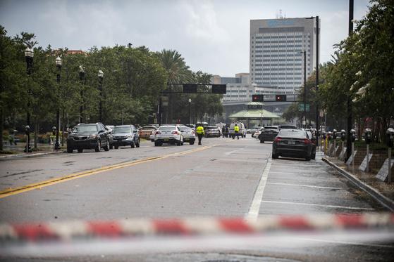 26일(현지시간) 미국 플로리다 주 잭슨빌의 한 쇼핑몰에서 총격사건이 발생해 다수의 사상자가 발생한 것으로 알려졌다. [AP=연합뉴스]