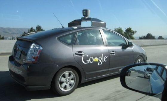 지난해 도로를 달리는 구글 자율주행차 모습 [제공 구글]