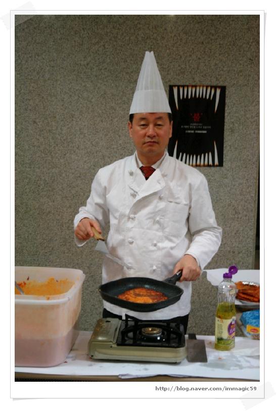 취미 중 하나인 요리를 이용해 봉사활동을 펼쳤던 직장생활 때의 모습. [사진 한익종]