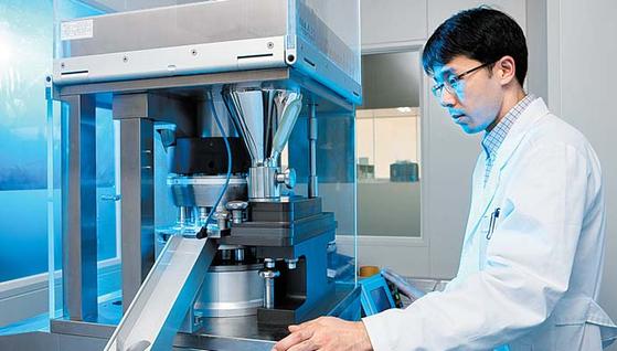 일동제약 연구원이 표적항암제 후보 물질(IDX-1197) 연구에 몰두하고 있다.