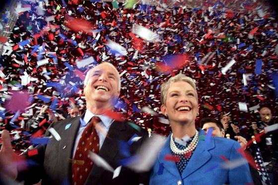 2000년 대선 후보 경선전에 나선 당시의 존 매케인 의원(왼쪽)과 아내 신디 매케인. [AP=연합]
