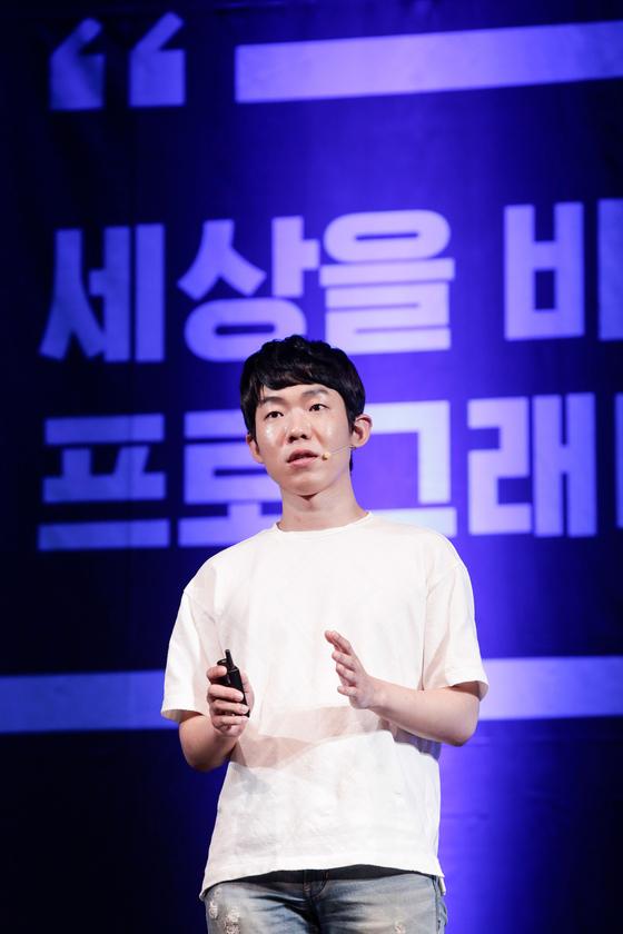 지난 14일 서울 삼성동 코엑스에서 열린'넥슨 청소년 프로그래밍 챌린지(NYPC) 토크콘서트'에서 김태훈씨가 음성 합성기술과 코딩에 대해 강연했다. [사진 넥슨]