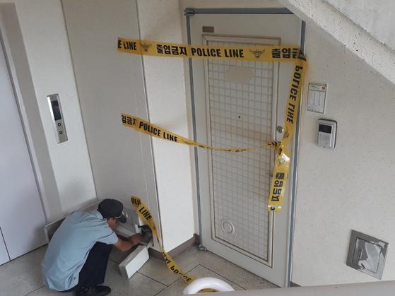 지난 25일 충북 옥천군의 한 아파트에서 발생한 일가족 살해사건 현장. 이 집의 가장 A씨(42)는 아내와 세명의 딸을 살해하고 극단적 선택을 했지만 살아남았다. 경찰은 A씨를 살인혐의로 체포해 조사를 벌이고 있다. [뉴스1]