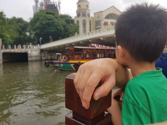 지난달 휴가 차 싱가포르에 다녀왔다. 아이와 보트를 타고 가는데 남편한테 의지하고 있는 포즈를 보니 아직 어려서 내가 옆에 있어줘야겠다는 생각이 들었다. 가슴이 뭉클했다. [사진 리호엄마]