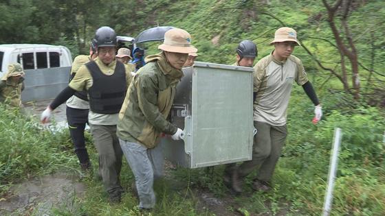 반달가슴곰 KM53을 방사하기 위해 이동식 케이지를 옮기고 있다. [사진 국립공원관리공단]