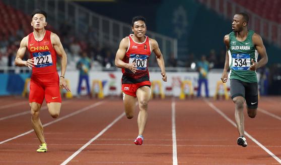 26일 열린 아시안게임 육상 남자 100m 준결승에서 역주하는 인도네시아 육상 스타 라루 무함마드 조흐리(가운데). [AP=연합뉴스]