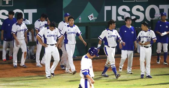야구 대표팀이 26일 인도네시아 자카르타 겔로라 붕 카르노(GBK) 야구장에서 열린 아시안게임 조별리그 B조 1차전 대만전에서 진 뒤 아쉬워하고 있다. [뉴스1]