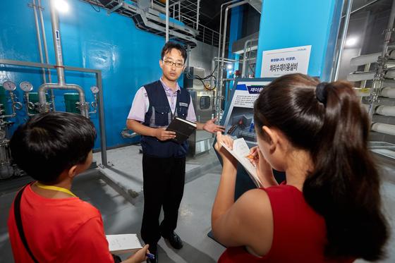 김태경 중랑운영컨소시엄 차장이 유용민(왼쪽) 학생기자·김신희 학생모델에게 하수 처리 과정을 설명하고 있다. 이들이 있는 곳은 서울하수도박물관 지하에 있는 중랑물재생센터 제1처리장이다.