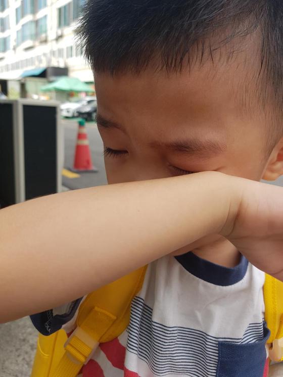 지난 6월 리호가 어린이집 가기 전에 어린이집 가기 싫다고 울던 사진. 집에서부터 울고 나와서 지각하는 상황이었다. 그렇게 보내고 나니 마음이 심란해도 보낼 수밖에 없어서 미안하기만 했다. [사진 리호엄마]