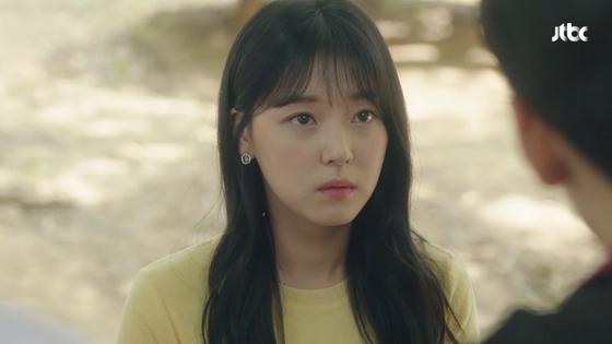 JTBC 금토 드라마 '내 아이디는 강남미인'. 현수아(조우리 분)는 강미래(임수향 분)에게 묘한 적대감을 품고 있다. [사진 JTBC]