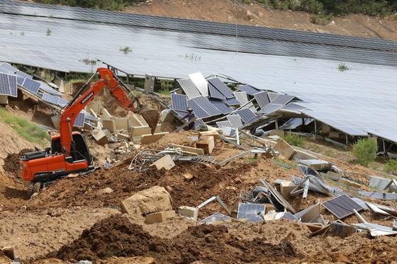 22일 경북 청도군 한 야산에서 태양광 발전 시설 복구 작업이 한창이다. 이 시설은 지난달 산사태로 무너졌으나 복구가 미뤄지다가 태풍 '솔릭'으로 인한 피해를 막기 위해 복구가 진행됐다. [뉴스1]