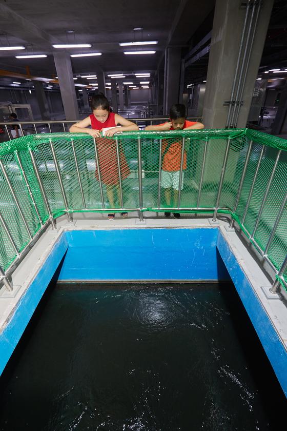 김신희(왼쪽) 학생모델·유용민 학생기자가 정화되는 물을 보고 있다.