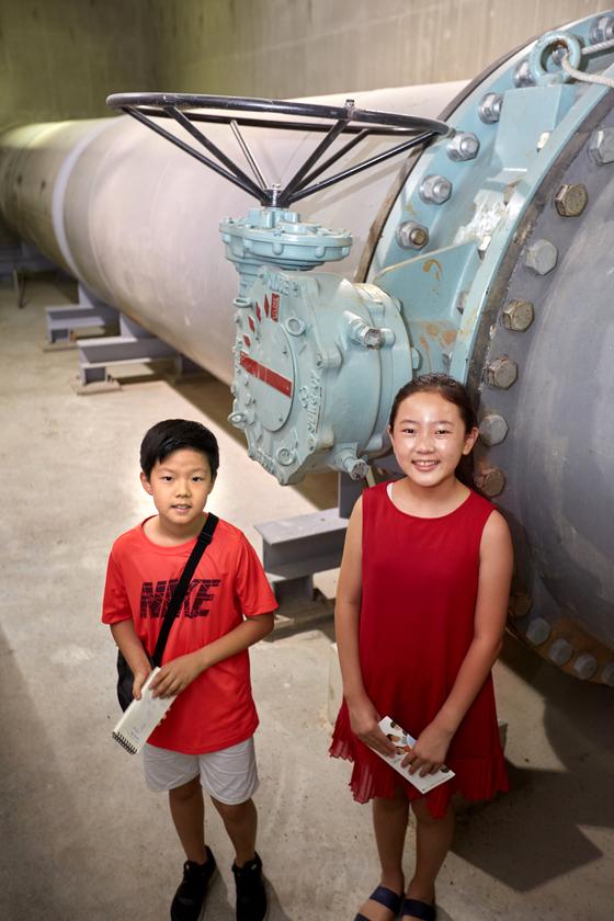 유용민(왼쪽) 학생기자·김신희 학생모델이 제1처리장 초입에 있는 일차처리시설 앞에 서 있다.