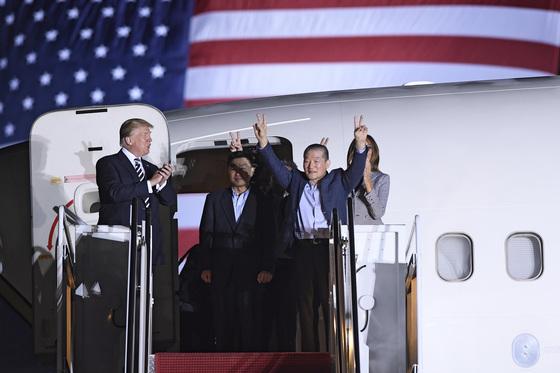 북한에 구금됐다 석방된 김동철(오른쪽)씨등 한국계 미국인들이 지난 5월 10일 오전(현지시간) 미국 워싱턴DC 인근 앤드루스 공군기지에 도착하고 있다. 사진=뉴스1