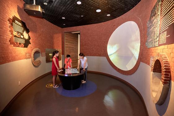 김신희(왼쪽) 학생모델·유용민 학생기자가 서울하수도박물관 안에 있는 근대 배수로 모형을 보고 있다.