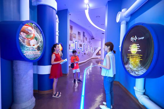 김신희(왼쪽) 학생모델·유용민 학생기자가 하수의 역사를 공부하기 위해 서울하수도박물관을 찾았다.