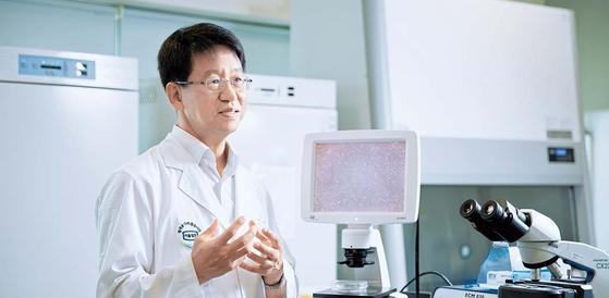 김태규 대표가 연구실에서 T세포 치료제의 우수성에 대해 설명하고 있다. 프리랜서 조혜원