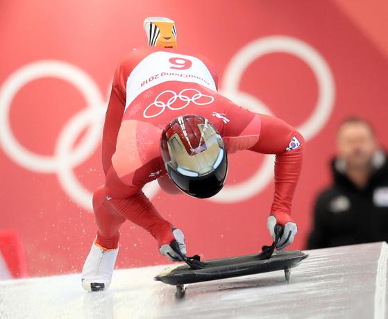 평창 동계올림픽 남자 스켈레톤 종목에서 금메달을 딴 윤성빈 선수의 힘찬 스타트 모습. 윤 선수는 주행 중 가속도를 높이기 위해 몸무게를 17kg이나 늘렸다. [연합뉴스]