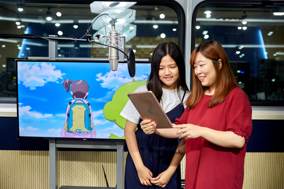 김보빈 학생모델(왼쪽)·김채하 성우가 제1녹음실에서 영상을 보며 대본을 확인하고 있다.