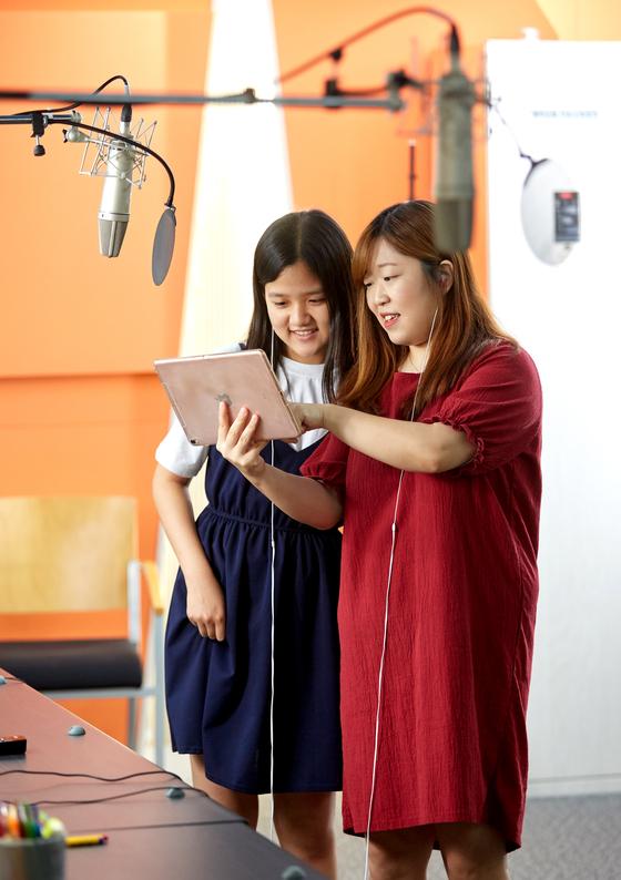 김채하 성우(왼쪽)의 지도로 김보빈 학생모델이 성우 체험에 나섰다.