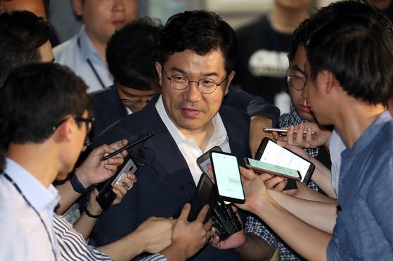 지난 12일 특검 사무실에서 참고인 조사를 받은 송인배 청와대 정무비서관. [연합뉴스]