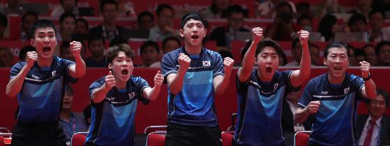 28일 오후 (현지시간) 인도네시아 자카르타 인터내셔널 엑스포에서 열린 2018 자카르타-팔렘방 아시안게임 탁구 남자 단체 결승 한국과 중국의 경기. 한국 정영식이 득점하자 이상수(맨 왼쪽) 등이 환호하고 있다. [연합뉴스]