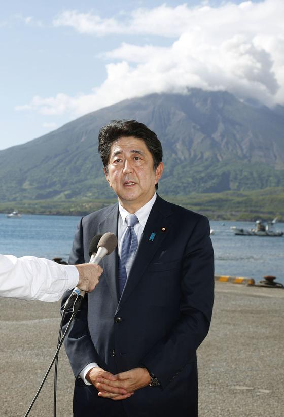 아베 신조(安倍晋三) 일본 총리가 26일 가고시마(鹿兒島)현에서 집권 자민당 총재선거에 출마하겠다는 뜻을 밝혔다.[교도=연합뉴스]