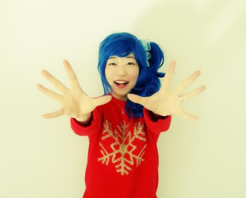 김채하 성우가 팬이 선물한 '아이엠스타' 마린 가발을 쓰고 포즈를 취했다.