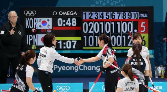 지난 15일 강릉컬링센터에서 열린 여자 컬링 대한민국과 일본과의 예선 경기에서 패한 한국 선수들이 일본 선수들을 축하해 주고 있다. [연합뉴스]