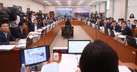 BMW 차량화재 공청회가 28일 오전 국회 국토교통위원회 전체회의에서 열렸다. 임현동 기자/20180828