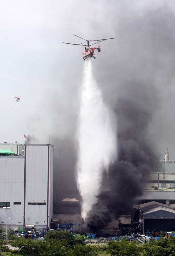 쌍용차 사태 당시 바리케이트 부근에서 화재가 나자 화재를 진화하는 모습. [중앙포토]
