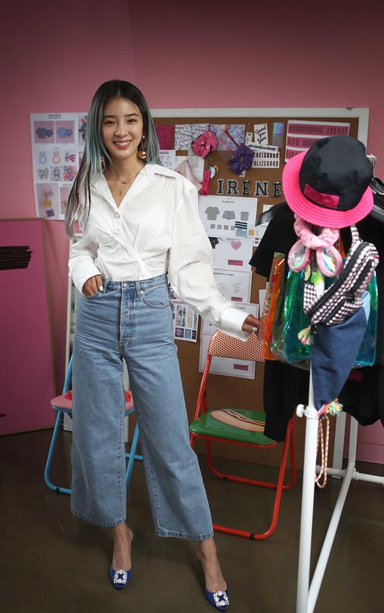 아이린이 직접 시안을 찾고 디자인을 해 만든 제품들과 함께 포즈를 취했다.