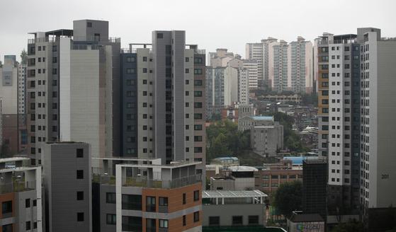 아파트가 대표적인 주거지로 자리잡으면서 입주민 간 갈등과 아파트 관리 문제가 심각해지고 있다.